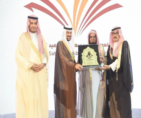 مدير جامعة الأمير سطام بن عبدالعزيز يُكرم عدداً من القيادات بوادي الدواسر والسليل